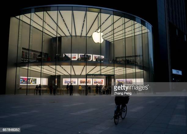 Night scene of the Apple shop on Nanjing Zhongshan road On the March 25 Apple opened the third retail shop in Nanjing city which is located in...