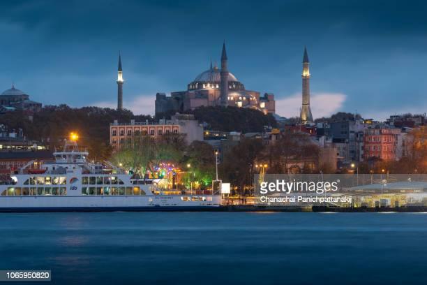 night scene over eminönü harbor and hagia sophia in istanbul - 2018 stock-fotos und bilder