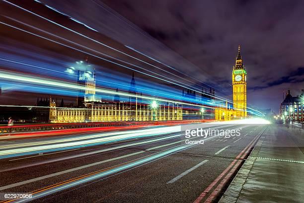 Nacht Szene mit Cars'Schwänze vor Big Ben