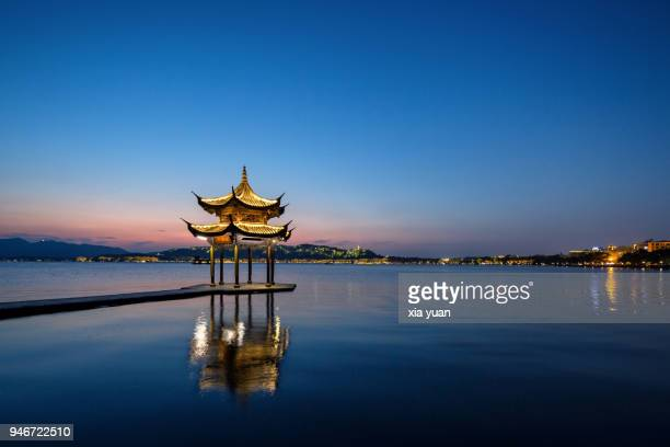 night scenery of illuminated pavilion on the west lake,hangzhou,china - casa de jardim ou parque - fotografias e filmes do acervo