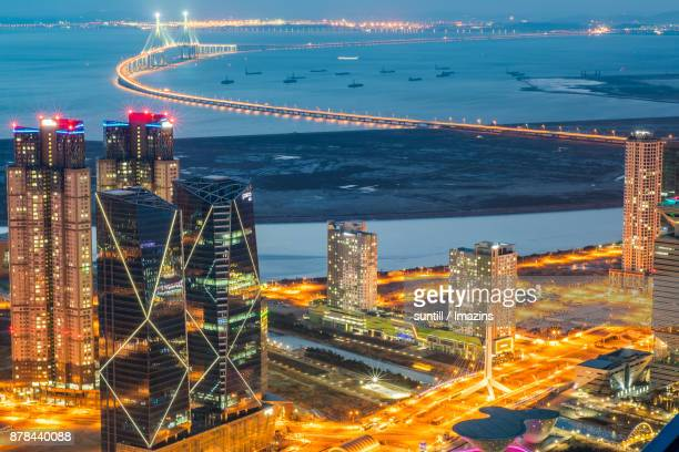 night scenery of songdo international business district and incheon bridge - songdo ibd stock pictures, royalty-free photos & images