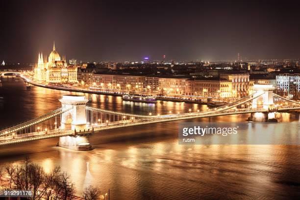 a noite tiro de budapeste ponte das correntes, hungria - ponte széchenyi lánchíd - fotografias e filmes do acervo