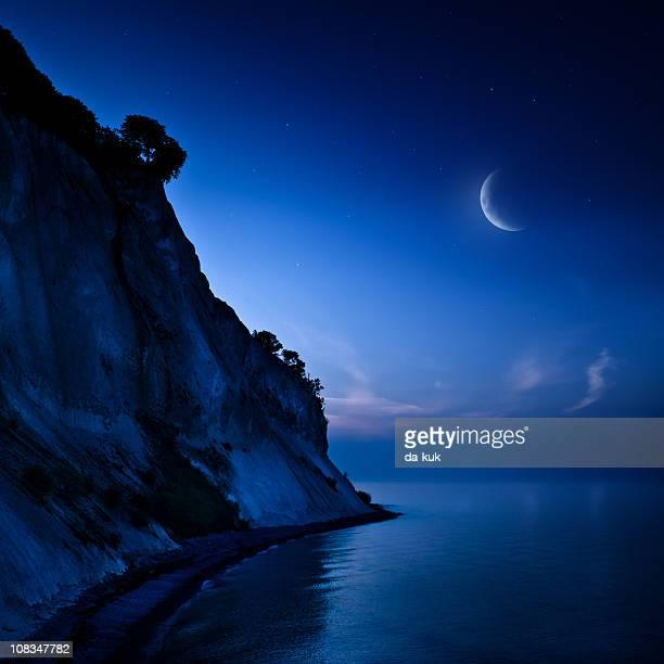 foto noturna de montanhas e mar - semicírculo - fotografias e filmes do acervo
