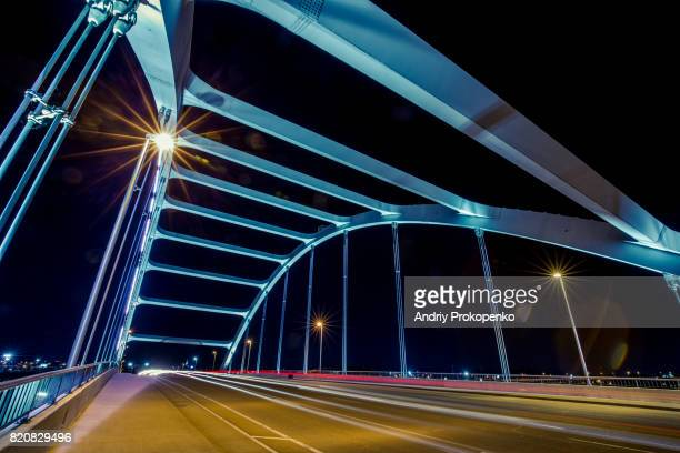 night shot of the road on gateway bridge in nashville, tennessee, usa - cumberland river stockfoto's en -beelden