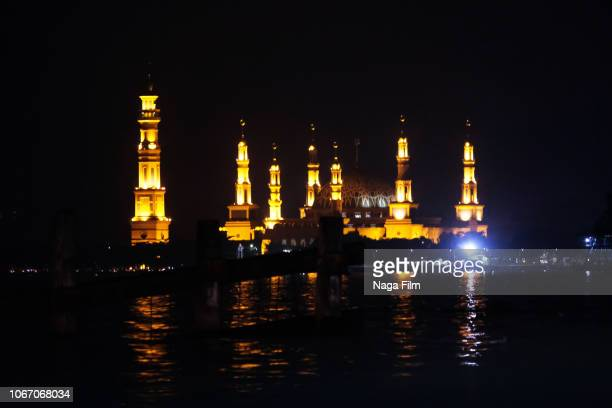 night shot of the samarinda islamic center mosque, samarinda, indonesia - samarinda islamic center mosque bildbanksfoton och bilder