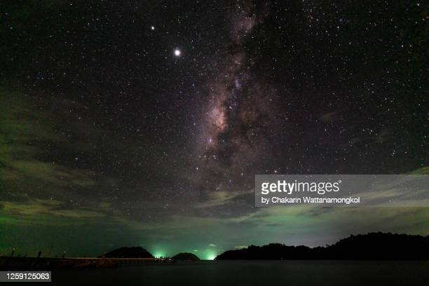 night sky at ko chang (koh chang) - milky way by the sea with saturn and jupiter beside. - jupiter planet stock pictures, royalty-free photos & images