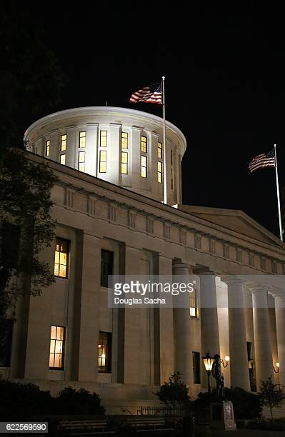 night sky over the ohio statehouse building in columbus, ohio, united states - オハイオ州庁舎 ストックフォトと画像