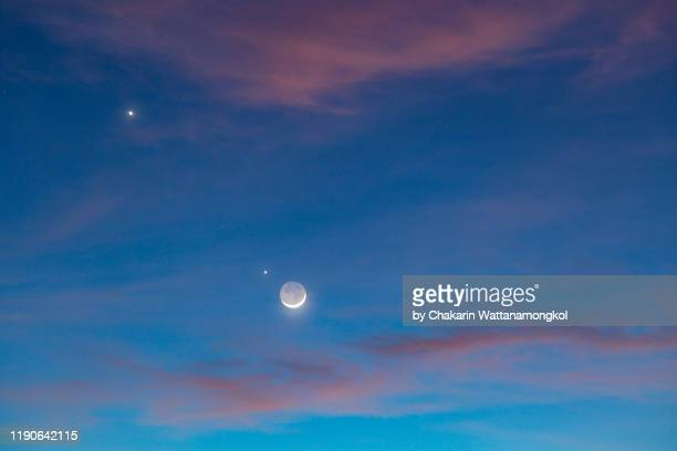 night sky phenomenon : earth shine and the planets conjunction (moon, jupiter and venus) - venus planet stock pictures, royalty-free photos & images