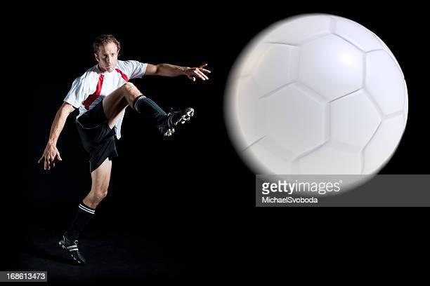 calcio di notte - tirare in rete foto e immagini stock