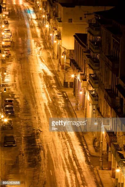 calle de la noche en la habana - habana vieja fotografías e imágenes de stock