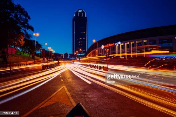 イスタンブール (suzer plasa) の夜街 - vodafone ストックフォトと画像