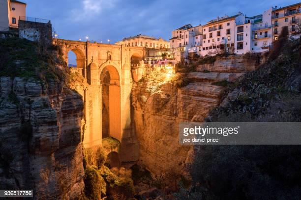 night, the iconic puente nuevo, el tajo gorge, ronda, malaga, spain - ronda fotografías e imágenes de stock
