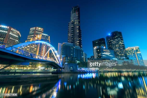 skyline do tempo nocturno e rio de yarra em melbourne, austrália - melbourne austrália - fotografias e filmes do acervo