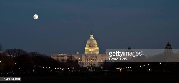 a night time view he united states capitol. located in washington, d.c., it sits atop capitol hill at the eastern end of the national mall. - capitol building washington dc stock pictures, royalty-free photos & images