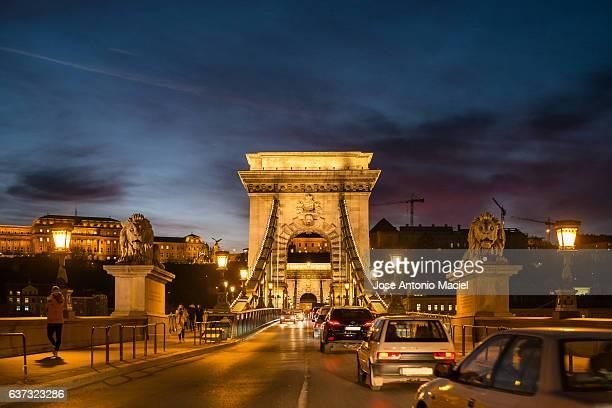 night traffic at the chain bridge in budapest - ponte széchenyi lánchíd - fotografias e filmes do acervo