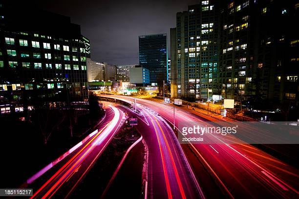Trafic de nuit dans la ville et du quartier des finances, à Paris