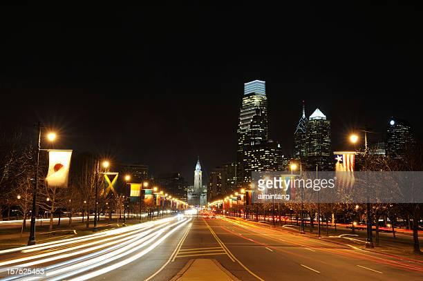 noche de tráfico - benjamin franklin parkway fotografías e imágenes de stock