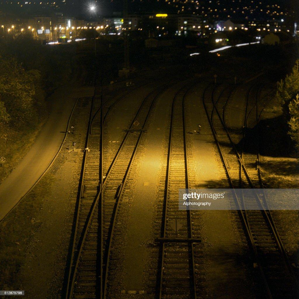 night train tracks ストックフォト getty images