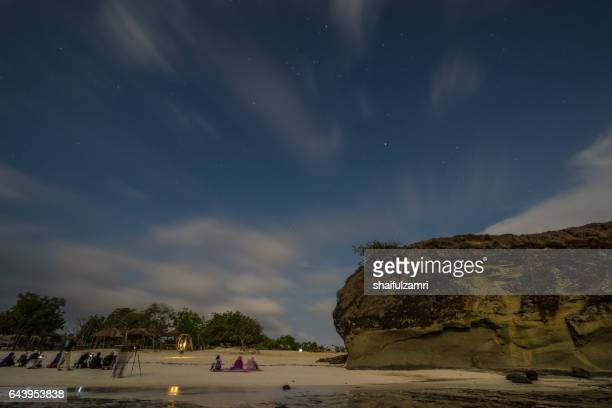 night view of beach in tanjung ann of lombok, indonesia - shaifulzamri stock-fotos und bilder