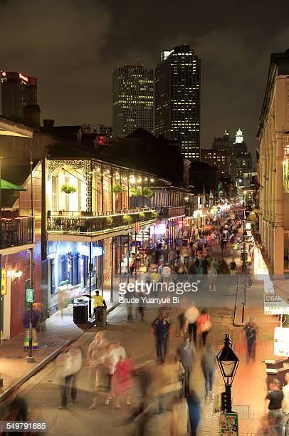 night view of bourbon street - barrio francés fotografías e imágenes de stock