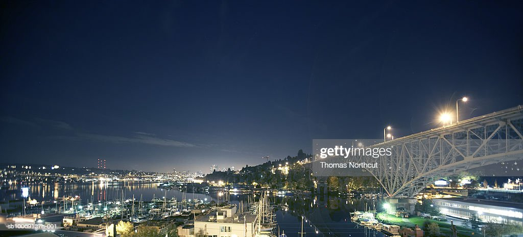 Night view of harbor and  railway bridge : Stockfoto