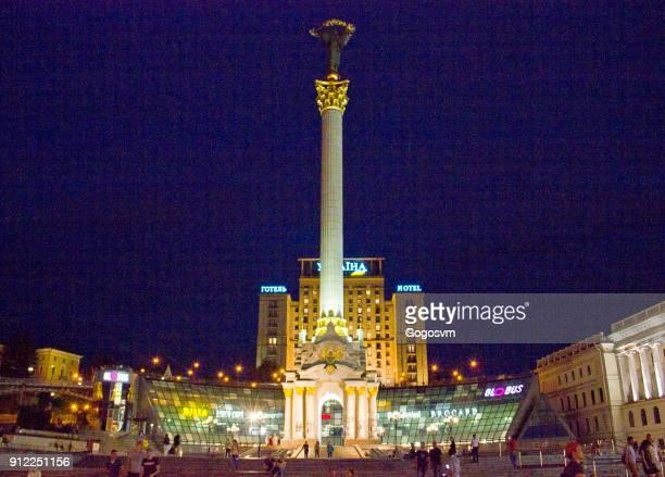 nacht uitzicht op het onafhankelijkheidsplein in kiev - ukrainian angel stockfoto's en -beelden