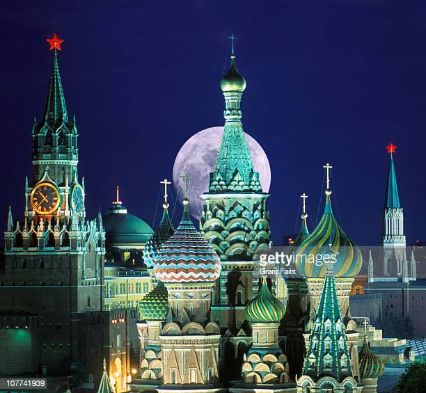 night view of kremlin buildings. - red square stock pictures, royalty-free photos & images
