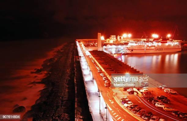 Vista nocturna del puerto comercial de Melilla