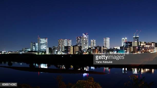 night view of musashi-kosugi area over tamagawa river - 川崎市 ストックフォトと画像