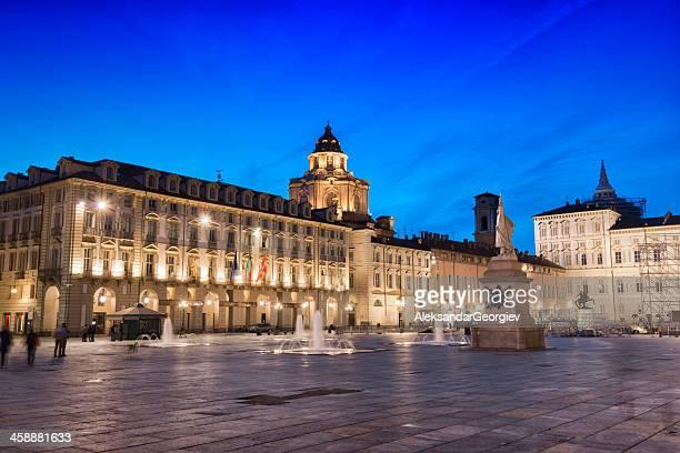 vista nocturna de la piazza castello en turín, italia - turin fotografías e imágenes de stock