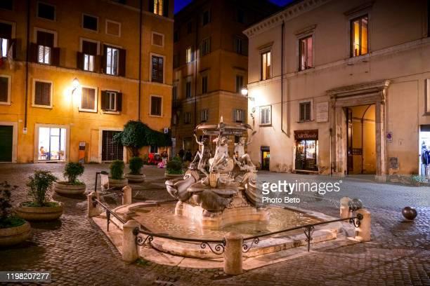 una vista notturna di piazza mattei nel cuore del ghetto ebraico di roma - antica roma foto e immagini stock