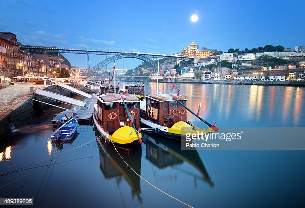 CONTENT] Night view of Porto Boats on the river
