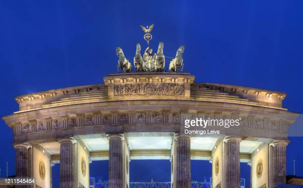 night view of quadriga statue on brandenburg gate, berlin - east berlin stock pictures, royalty-free photos & images