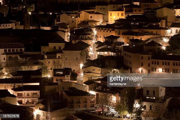 vista nocturna de la zona residencial de toledo, españa, paisaje de la ciudad - castilla la mancha fotografías e imágenes de stock