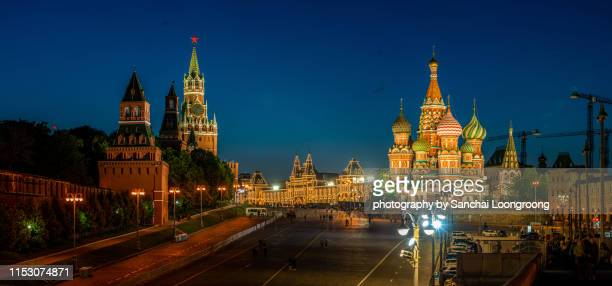 night view of saint basil s cathedral and red square in moscow, russia. - mosca russia foto e immagini stock