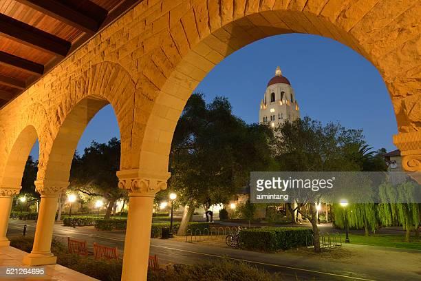 vista nocturna del campus de la universidad de stanford - stanford california fotografías e imágenes de stock