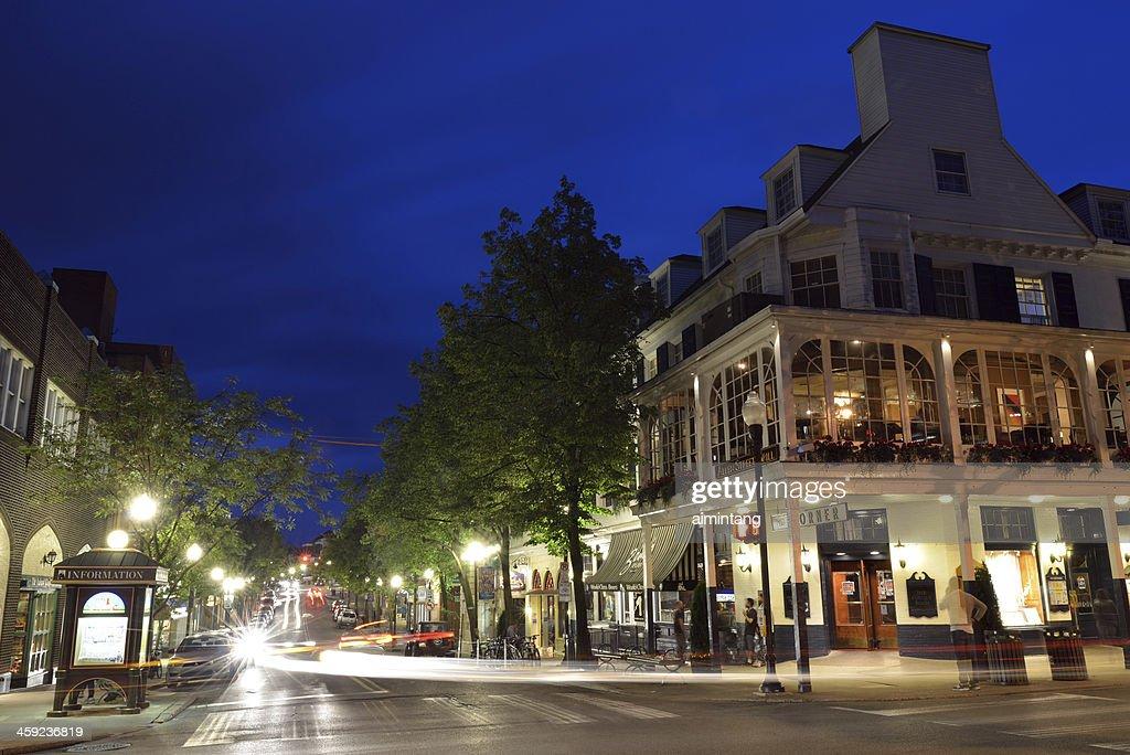 Vista nocturna de State College centro de la ciudad : Foto de stock