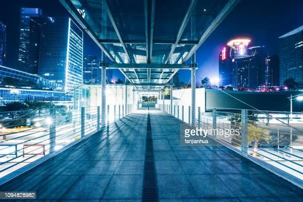 night view of streetscape,elevated walkway,tianjin - loopbrug stockfoto's en -beelden