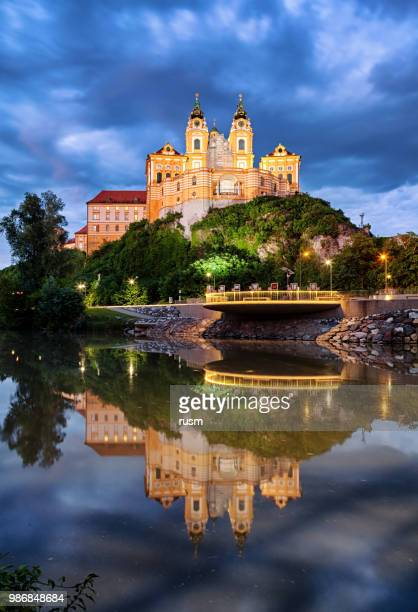 visão noturna da famosa st. peter e paul church na abadia beneditina de melk, vale wachau, baixa áustria - abadia mosteiro - fotografias e filmes do acervo
