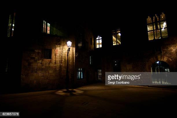 night view of the gothic quarter of barcelona - bairro antigo imagens e fotografias de stock