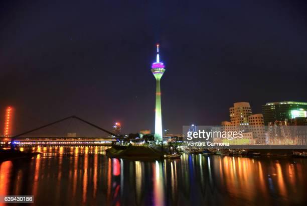 night view of the media harbor and the rheinturm (rhine tower) in düsseldorf, germany - medienhafen stock-fotos und bilder