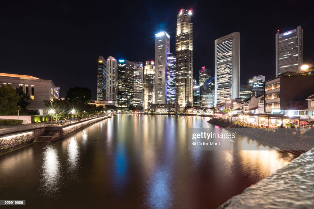 Night view of the Singapore river along Clark Quay in Singapore downtown district : Stock-Foto