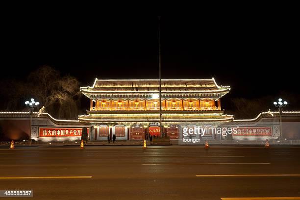 Vista nocturna de la Xinhua puerta, Beijing, China