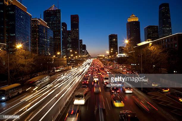 Vue de nuit de confiture de trafic urbain dans le quartier central des affaires de Pékin