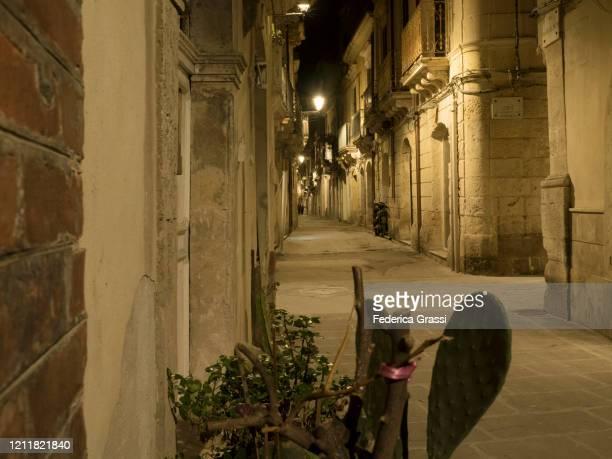 night view of via resalibera, siracusa, sicily - italy coronavirus stock pictures, royalty-free photos & images