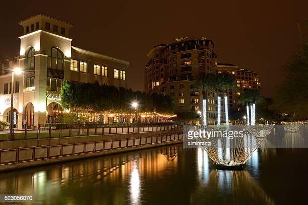 Vista notturna del lungomare nel centro di Scottsdale