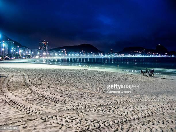 night view on copacabana, rio de janeiro. - strand von copacabana stock-fotos und bilder