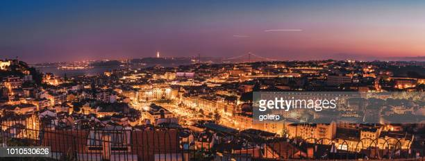 nacht uitzicht over verlicht lissabon vanuit miradouro da senhora do monte - provincie lissabon stockfoto's en -beelden