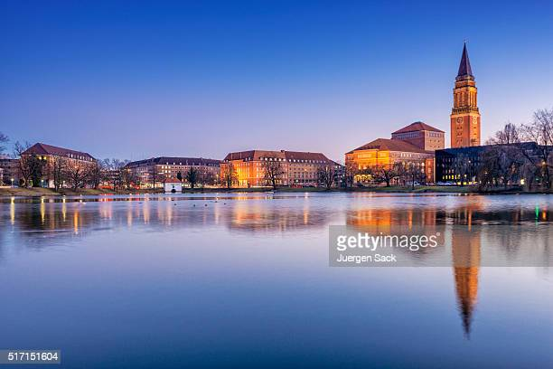 blick bei nacht auf kiel, schleswig-holstein-sonderburg-augustenburg - rathaus stock-fotos und bilder