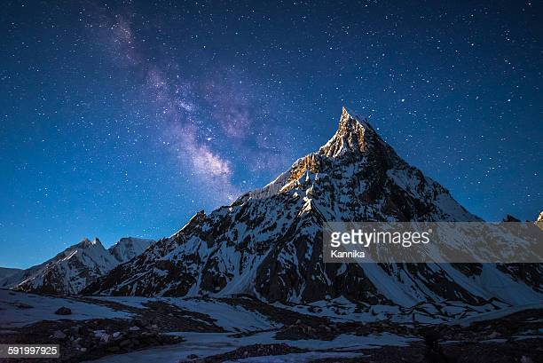 night with milky way and mountain in pakistan - k2 mountain stock pictures, royalty-free photos & images